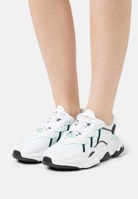 adidas Originals - OZWEEGO  - Tenisky - footwear white/frozen green/core black - 0