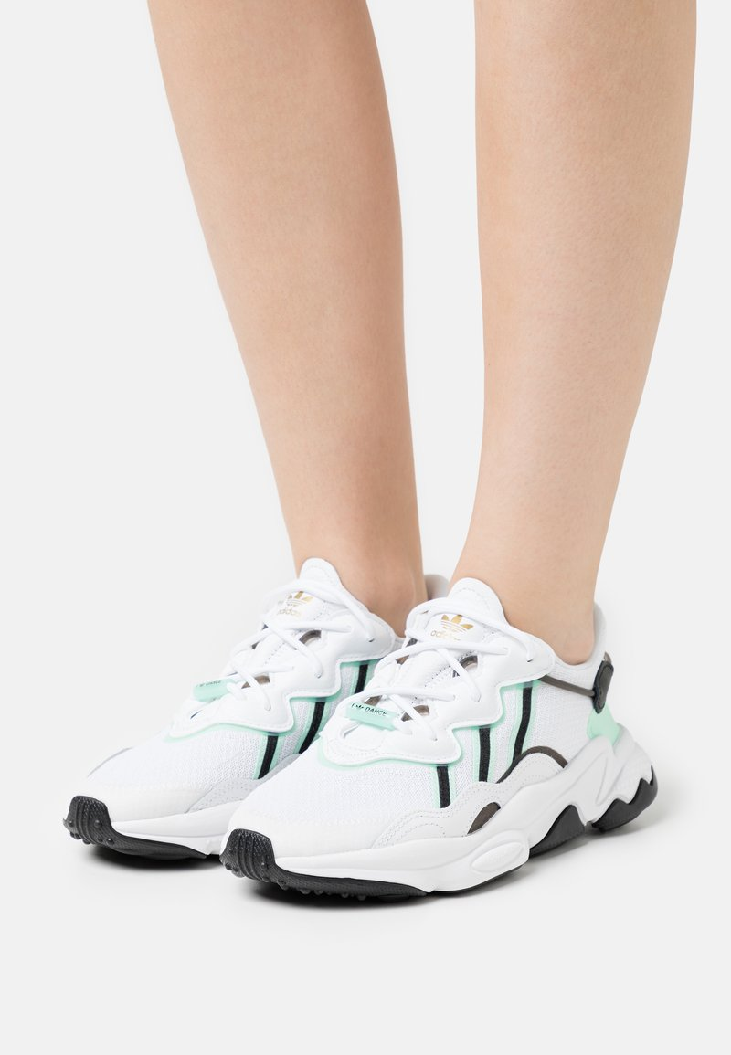 adidas Originals - OZWEEGO  - Tenisky - footwear white/frozen green/core black