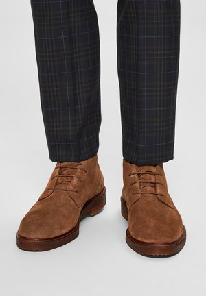 CHUKKA - Lace-up ankle boots - cognac