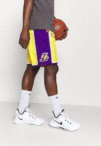 Nike Performance - NBA LA LAKERS SHORT - Squadra - amarillo/field purple/white - 3