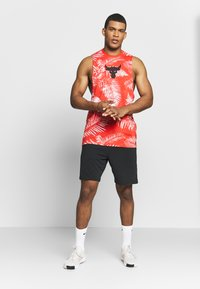 Under Armour - PROJECT ROCK ALOHA CAMO TANK - T-shirt de sport - versa red/black - 1
