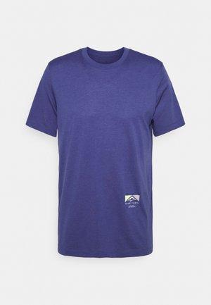 TEE TRAIL - T-shirt print - dark purple dust