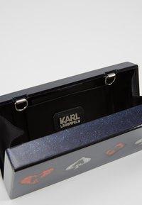 KARL LAGERFELD - PLAYING CARDS MINAUDIERE - Psaníčko - multi - 4