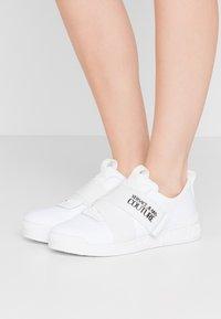 Versace Jeans Couture - LINEA FONDO PENNY - Matalavartiset tennarit - bianco ottico - 0