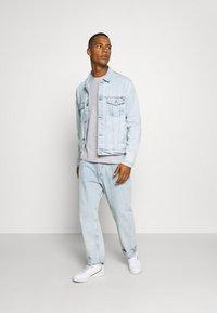 Tommy Jeans - CONTRAST POCKET TEE  - T-shirt z nadrukiem - silver grey - 1