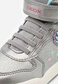 Geox - INEK GIRL - Zapatillas altas - dark silver/fuchsia - 5