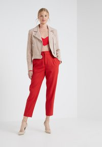 DRYKORN - FIND - Trousers - red - 1