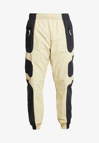 Nike Sportswear - RE-ISSUE - Pantalon de survêtement - black/team gold - 4
