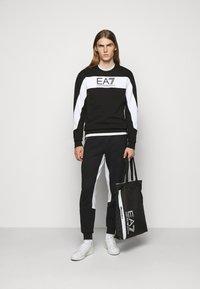 EA7 Emporio Armani - PANTALONI - Pantaloni sportivi - black - 1