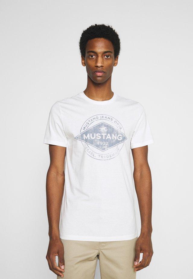 AARON - T-shirt con stampa - cloud dancer
