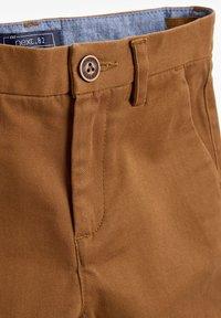 Next - KHAKI CHINO TROUSERS (3-16YRS) - Chino kalhoty - beige - 2