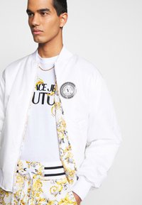 Versace Jeans Couture - RISTOP PRINTED LOGO BAROQUE - Bomberjacke - bianco ottico - 8