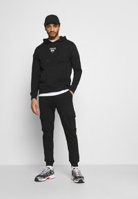 Only & Sons - ONSKIAN KENDRICK PANT - Cargo trousers - black - 1