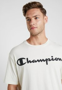 Champion - CREWNECK - T-shirt print - off-white - 3