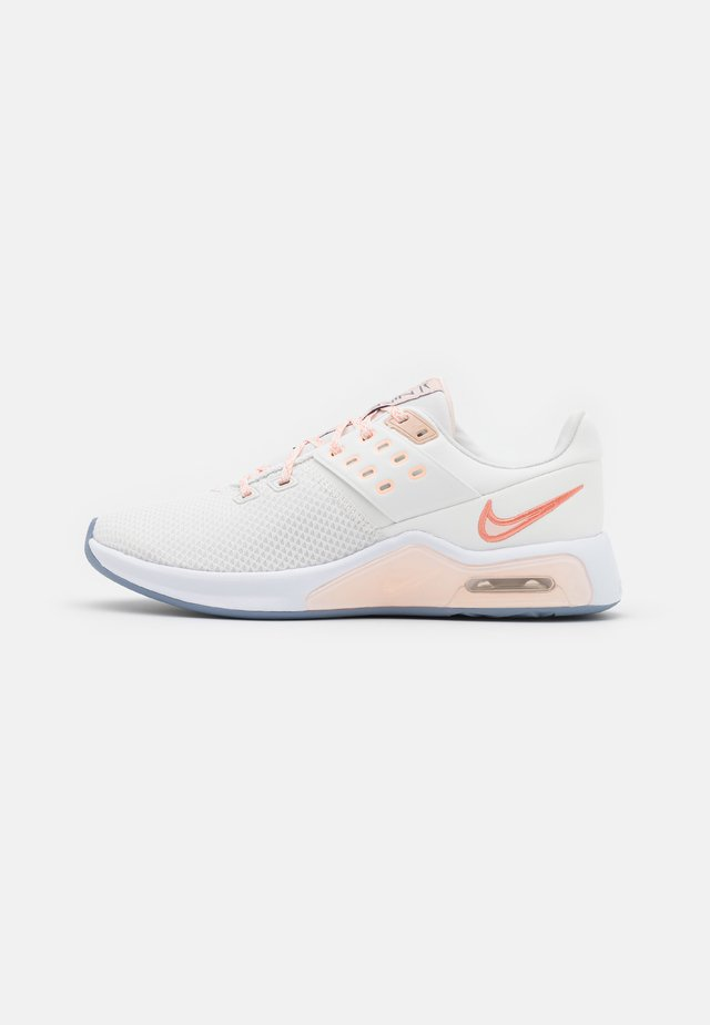 AIR MAX BELLA TR 4 - Sportschoenen - summit white/crimson bliss/orange pearl/crimson tint/white/ashen slate
