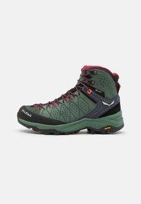 Salewa - ALP TRAINER 2 MID GTX - Zapatillas de senderismo - duck green/rhododendon - 0