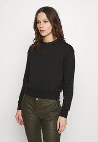 Calvin Klein Jeans - LOGO TRIM CREW NECK  - Sweatshirt - black - 0