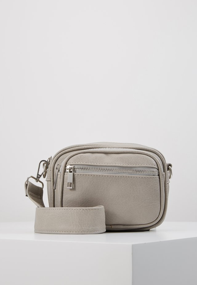 PCELE CROSS BODY - Across body bag - whitecap gray