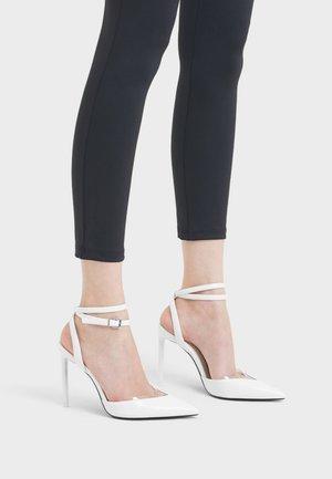 MIT ABSATZ UND VINYLELEMENTEN 11303660 - High heeled sandals - white