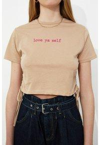 Trendyol - Print T-shirt - brown - 4