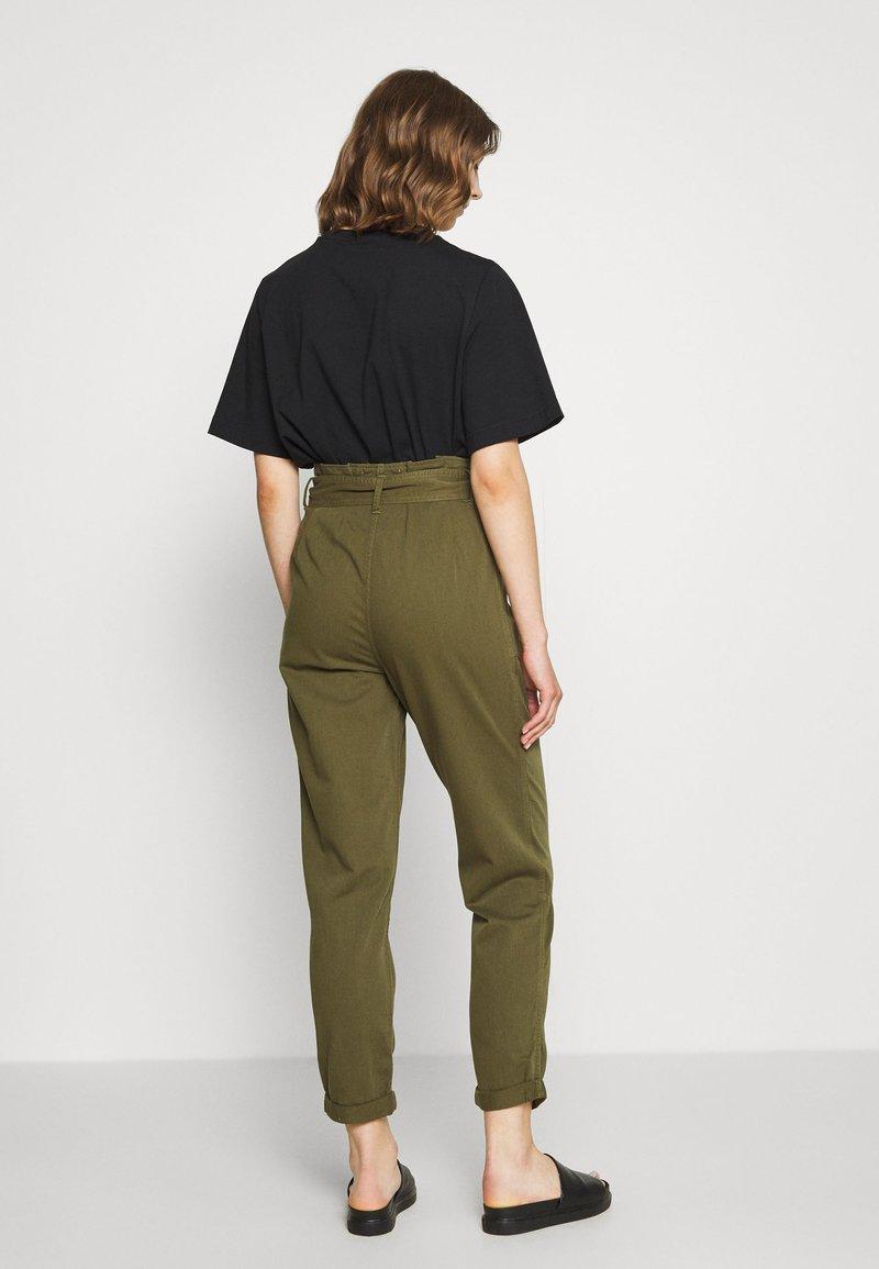 Miss Selfridge - ZESPAR HANG TAB BELTED TROUSER - Trousers - khaki