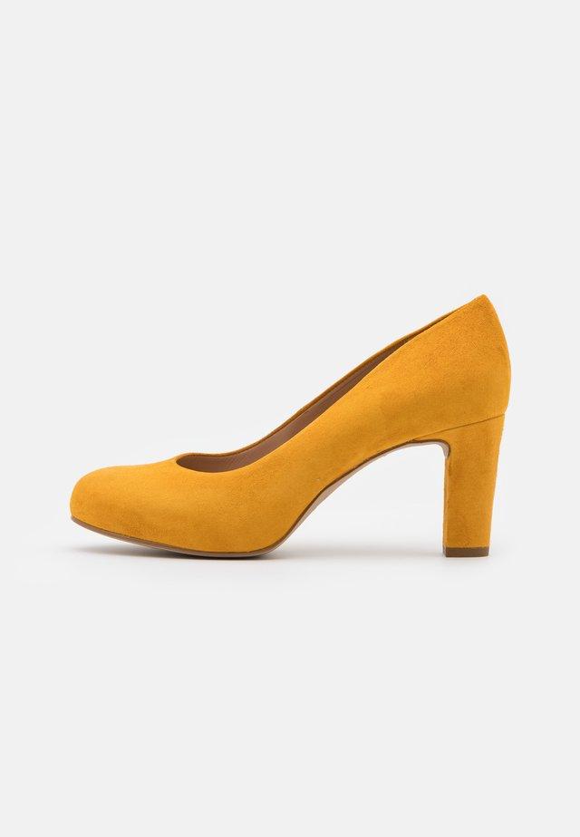 NUMIS - Escarpins - mustard