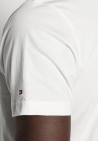 Tommy Hilfiger - LOGO TEE - Print T-shirt - white - 4