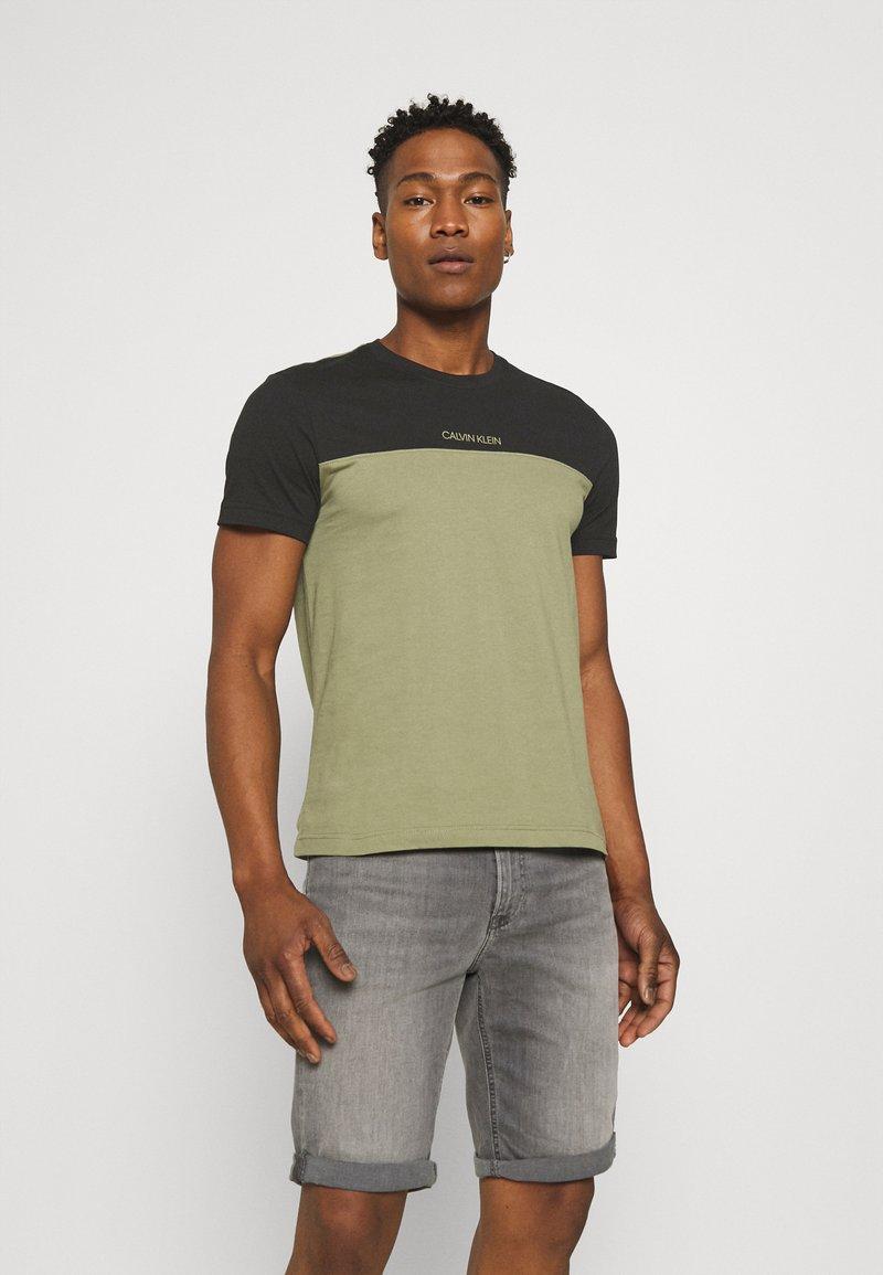 Calvin Klein - COLOR BLOCK - Print T-shirt - green