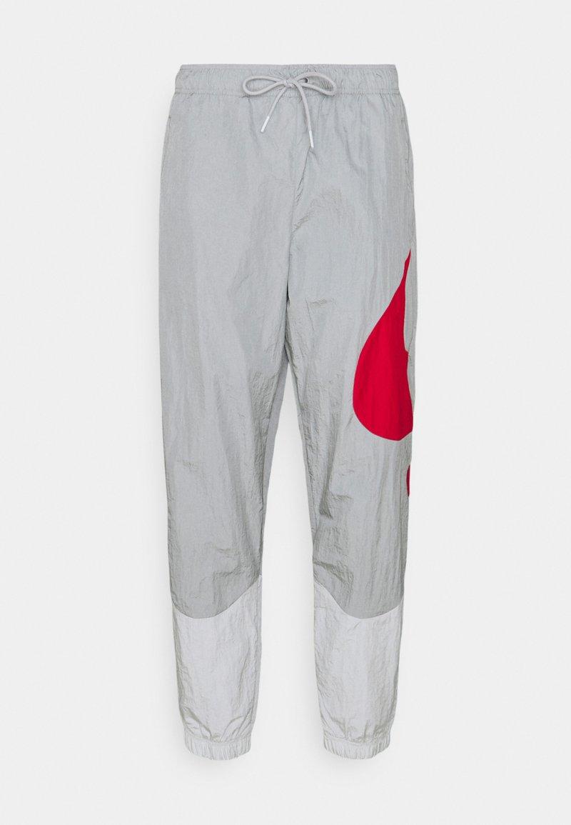 Nike Sportswear - PANT - Teplákové kalhoty - light smoke grey/photon dust/white/university red