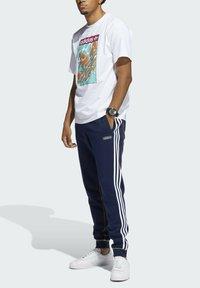 adidas Originals - SUMMER TONGUE LABEL T-SHIRT - T-shirt imprimé - white - 5
