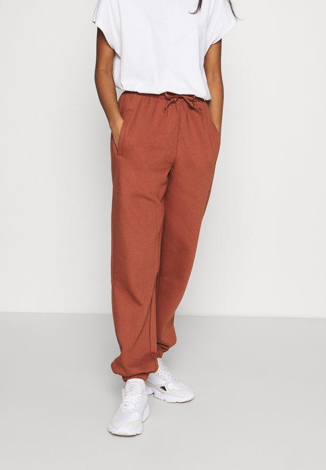 PANT - Verryttelyhousut - brown