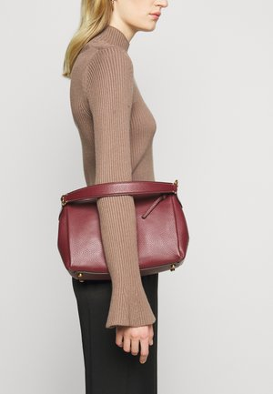 SOFT SHAY CROSSBODY - Handbag - wine