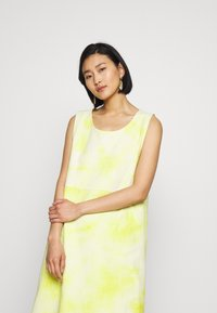 HOSBJERG - RINA DRESS - Robe d'été - yellow/white - 3