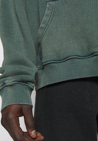 oftt - HEAVYWEIGHT HOODED RAGLAN - Huppari - fade out green - 3