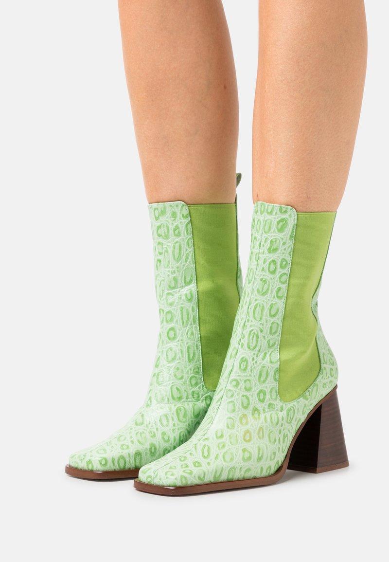 ÁNGEL ALARCÓN - Kotníková obuv na vysokém podpatku - green