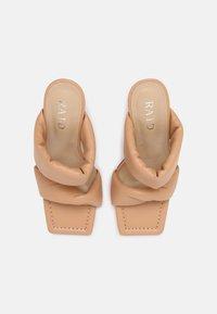 RAID - LIZZEY - Pantofle na podpatku - camel - 5