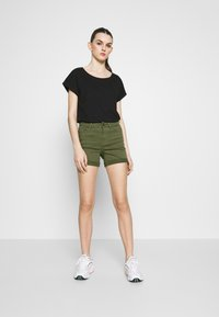 Vero Moda - VMHOT SEVEN MR FOLD SHORTS COLOR - Denim shorts - ivy green - 1