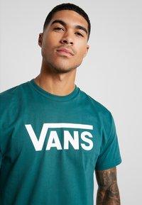 Vans - CLASSIC - Print T-shirt - trekking green - 3