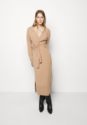 AVA WRAP DRESS - Pletené šaty - camel