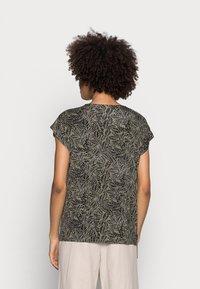 Kaffe - EDMONDA  BLOUSE  - Print T-shirt - khaki - 2