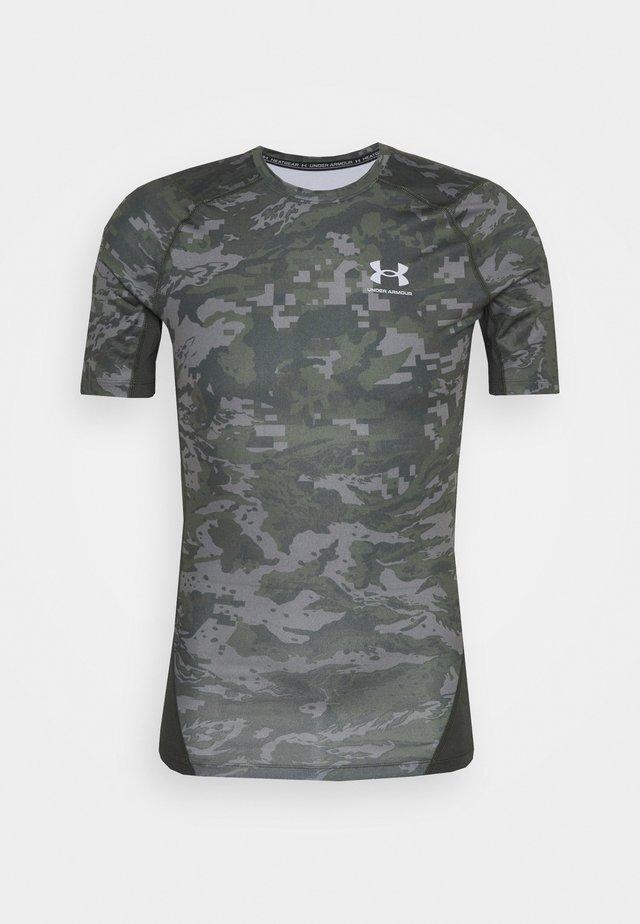 ARMOUR CAMO - Camiseta estampada - baroque green