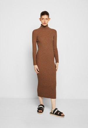 CHELSEA TURTLE NECK MIDI DRESS - Pletené šaty - beige