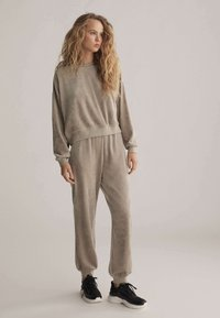 OYSHO - Teplákové kalhoty - beige - 1