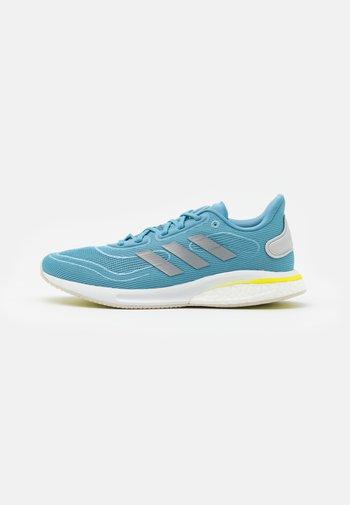 SUPERNOVA - Neutrální běžecké boty - haze blue/acid yellow
