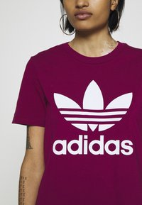 adidas Originals - TREFOIL TEE - T-shirt med print - power berry/white - 5