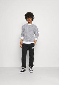 Nike Sportswear - CLUB CREW GRID - Sweatshirt - white - 1