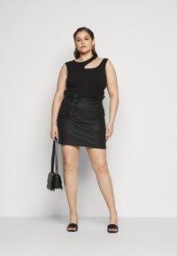 Missguided Plus - COATED PAPERBAG WAIST SKIRT - Mini skirt - black - 1