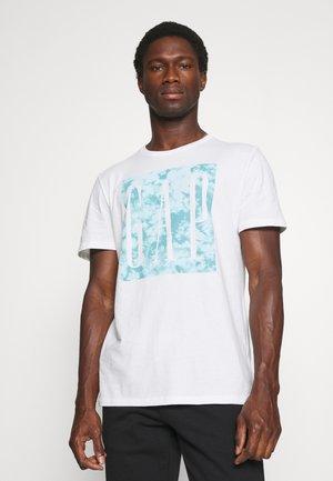 V CORP LOGO KNOCKOUT - Print T-shirt - white global
