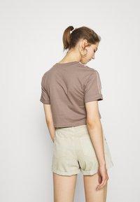 adidas Originals - CROPPED - Triko spotiskem - trace brown - 2