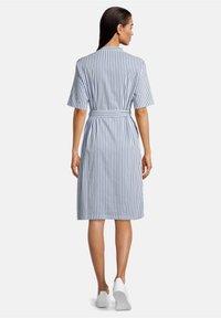 Betty & Co - MIT AUFGESETZTER BRUSTTASCHE - Shirt dress - weiß/blau - 1